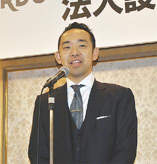 感謝の意を述べる遠藤理事長