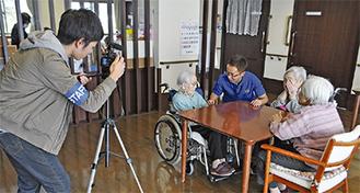 施設現場を撮影する映像チームの大林さん=11月18日、特別養護老人ホーム・縁JOY(中央区田名)
