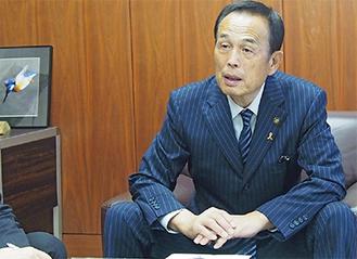 インタビューに答える加山俊夫市長