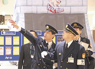 施設内を査察する鈴木英也北消防署長(右から2番目)=26日