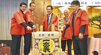 鏡開きを行う三師会の会長と加山市長ら
