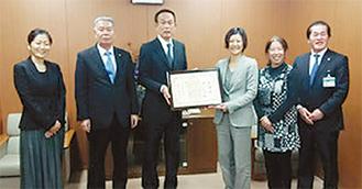 加山市長(左から3番目)から感謝状を受け取る竹内代表(同4番目)。左端は本合さん、右から2番目が鹿目さん=2月7日