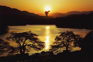最優秀賞に輝いた松本さんの「輝く夕陽に鳶が舞う」