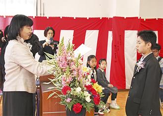 須藤ゆかり校長(左)から卒業証書を受け取る天野武蔵くん=3月22日、青根中学校内の集会室で