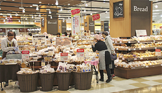 豊富に品が揃うパン売場=24日