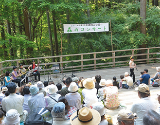 城山の木々の中開催されるコンサート