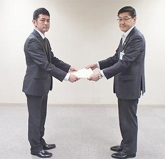 感謝状が奈良委員長(左)に贈られた