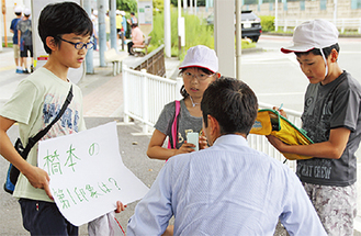 老若男女様々に声をかけた=4日、橋本駅南口