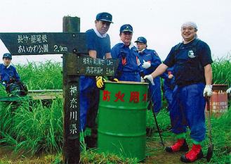 地元の消防団員により設置された緑色の新しいドラム缶。右奥に見えるのは以前から設置されていたもの