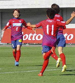 先制点を挙げ祝福を受ける平野選手(左端)