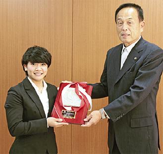 加山市長(右)から称讃の楯を受け取る渡名喜さん=31日