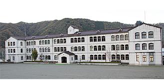 現在、児童生徒12人が学ぶ青根中学校の校舎