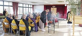 宗派を超えた各寺の住職が祭壇に向かって焼香=11月20日