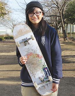 愛用のスケートボードを持つ藤澤さん=12月19日