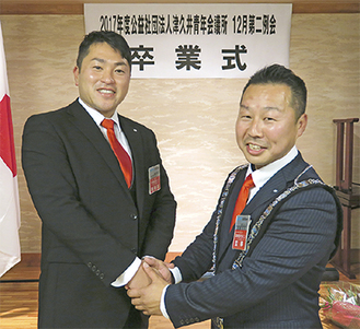 山口前理事長(左)と渡邉新理事長