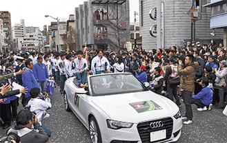 初優勝時以降、毎年多くの青学ファンが駆けつけ、賑わいを見せる同パレード=写真は昨年