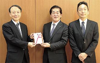 左から縄田康隆技術センター所長、梅沢道雄副市長、紅谷徹相模原工場長=相模原市役所