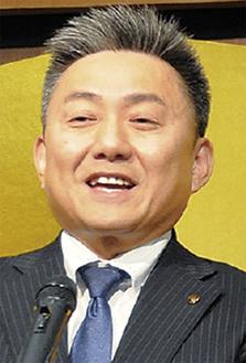 檀上に立つ川崎議長