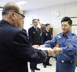 消防局長室で佐藤政美消防局長から第1号の認証状を受け取る後藤優輝さん(右)=1月26日