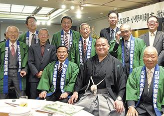 小野川親方と後援会メンバーら=3日、ホテルラポール千寿閣