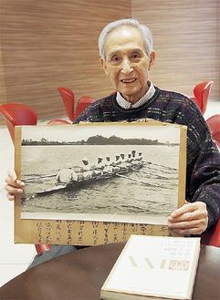 1964年の東京オリンピック時の写真を手に、笑顔を見せる荒川さん