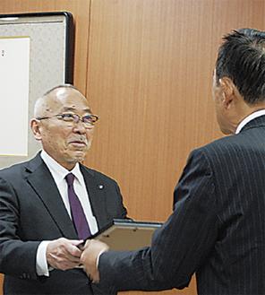 加山市長から感謝状を受け取る祇園会長=1月26日、市役所