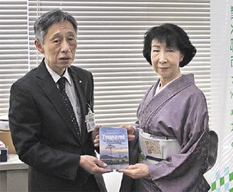 図書を寄贈する中澤さん(右)