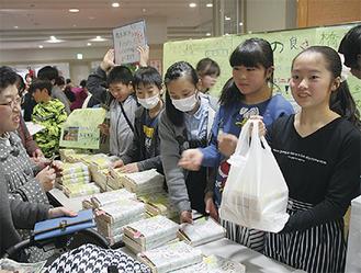 駅弁は1,000円(税別)で販売。一人3個までの数量限定とするも、開始から間もなく売り切れとなった=3月3日