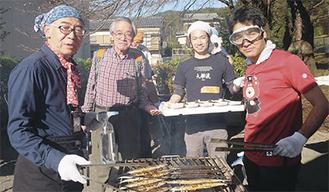 昨年11月に津久井生涯学習センターで行われた「津久井中央地区文化祭」でさんま焼きを実施(右端がデラワリさん)。大船渡市の職員も招き、楽しく交流を深め合った