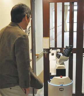 カードキーを用いてドアを開ける支援ロボット=特別養護老人ホーム・縁JOY