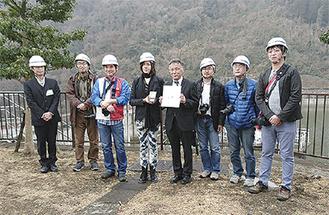 賞状を手にする池田所長(右から4番目)