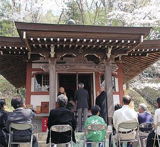 桜の咲き誇る境内で祈祷が厳かに行われた=3月28日