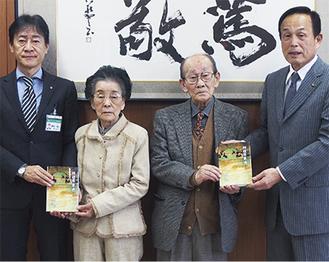 寄贈式に出席した(左から)野村教育長、涌田久子さん、涌田佑さん、加山市長