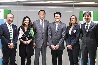 加山市長のもとを訪れたグスタヴォ・ハラダ国際大会・運営担当部長(中央)ら=3月29日、市役所