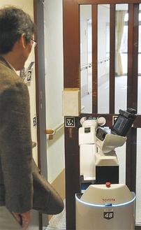 今年2月に市内介護施設で行われた生活支援ロボットの実証実験の様子