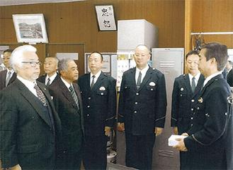 小林署長から表彰される山下氏(左)と大野氏(右)