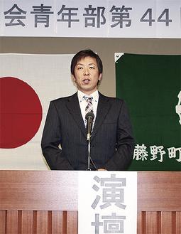 抱負を述べる神田光隆新部長