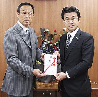 田中社長(右)と加山市長=市役所で