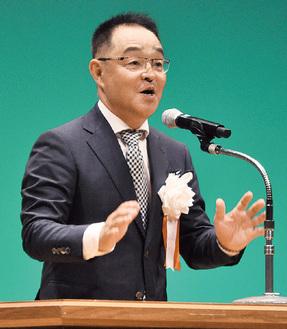 教育大会であいさつする川崎会長