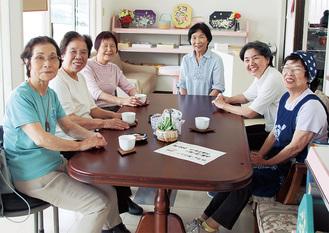カフェに集う参加者とボランティアスタッフ。右から3番目が阿竹さん=6月5日