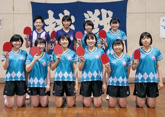 相原高校女子卓球部のメンバー。前列一番右が主将の萩野舞子さん、その隣がエースの武山莉子さん=6月22日、相原高校