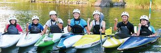 道志川に設営されたコースで練習に励む選手たち。左から3番目が小島大地さん、4番目が斎藤康祐さん=6月29日