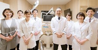 全員国立新潟大学歯学部卒業の歯科医師。遠藤広規理事長(右から4番目)インプラント専門、海外・国内で多数講演を開催。伊藤恭輔院長(左から4番目)入れ歯専門、院内技工士とともに精密な入れ歯の提供を目指す