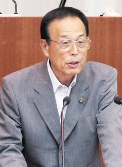 市議会で須田議員の質問に答える加山市長=8月31日