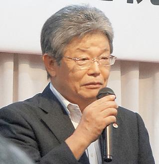 激励に応え、あいさつする坂本会長