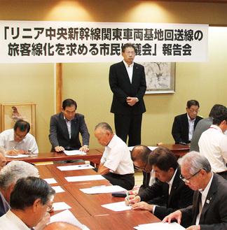 冒頭にあいさつに立つ関戸会長=9月1日、緑区中野