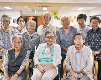 デイサービスの友人たちに囲まれ笑顔の芝田さん(前列中央)=9月13日