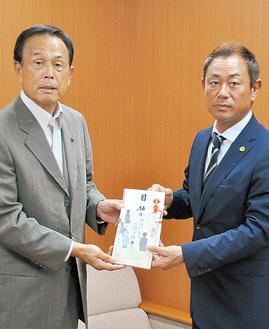 本を寄贈した赤間理事長(右)と加山俊夫市長
