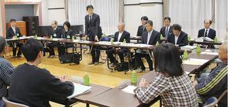 協議会で野村教育長から市の方針が説明された=8日夜