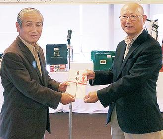 寄付金を手渡す澤塚委員長(右)と江藤会長